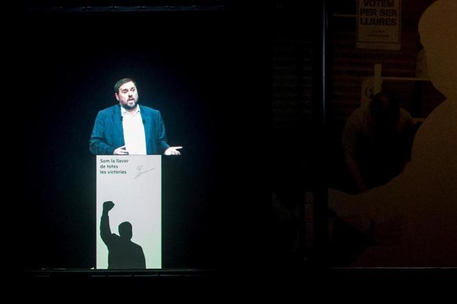 Un holograma del ex vicepresidente Junqueras se instaló en el escenario del acto organizado por ERC.