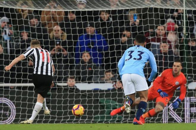 Matt Ritchie marca de penalti el gol de la victoria del Newcastle.