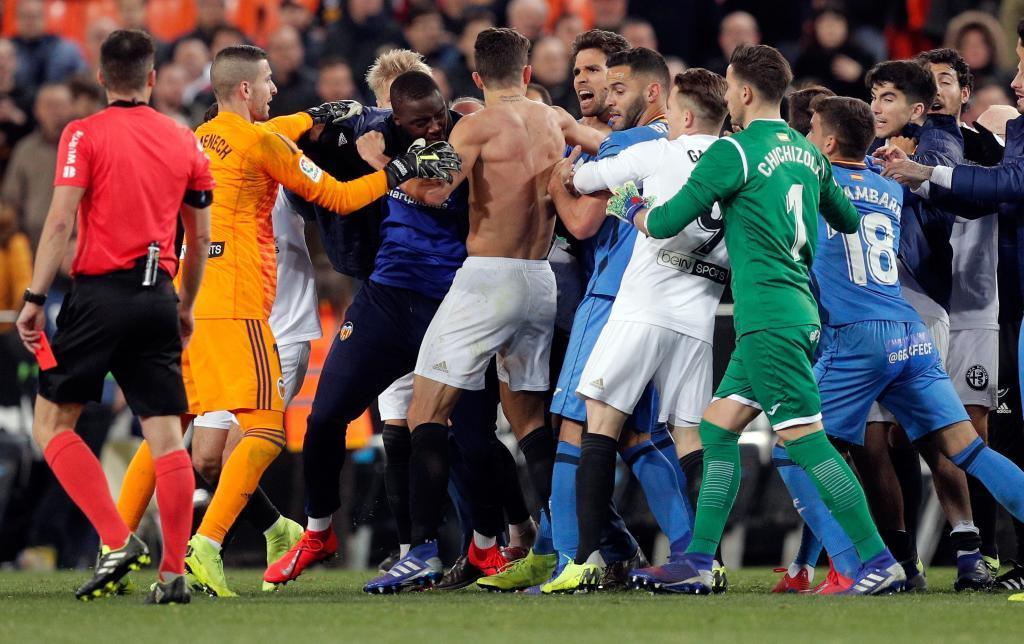 La pelea entre los jugadores del Valencia y el Getafe en Mestalla