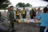 El Ejército del AIre filipino atiende a los heridos en Zamboanga.