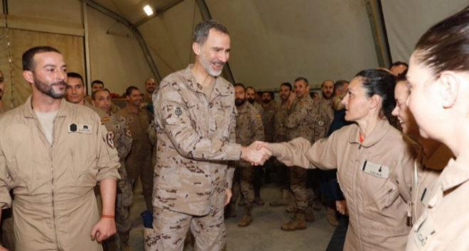 Felipe VI saluda a los militares del contingente español desplazado a Irak.