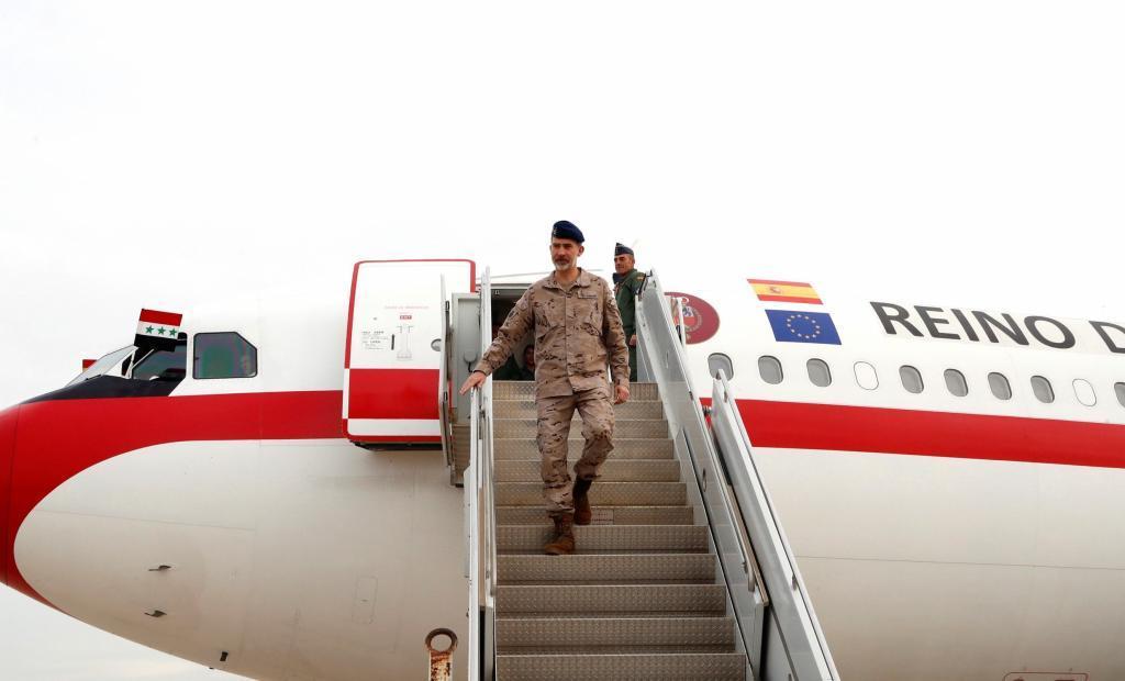 Felipe VI, vestido con uniforme militar de campaña, baja del avión...