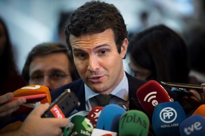 El presidente del PP, Pablo Casado, atiende a los medios, la pasada...