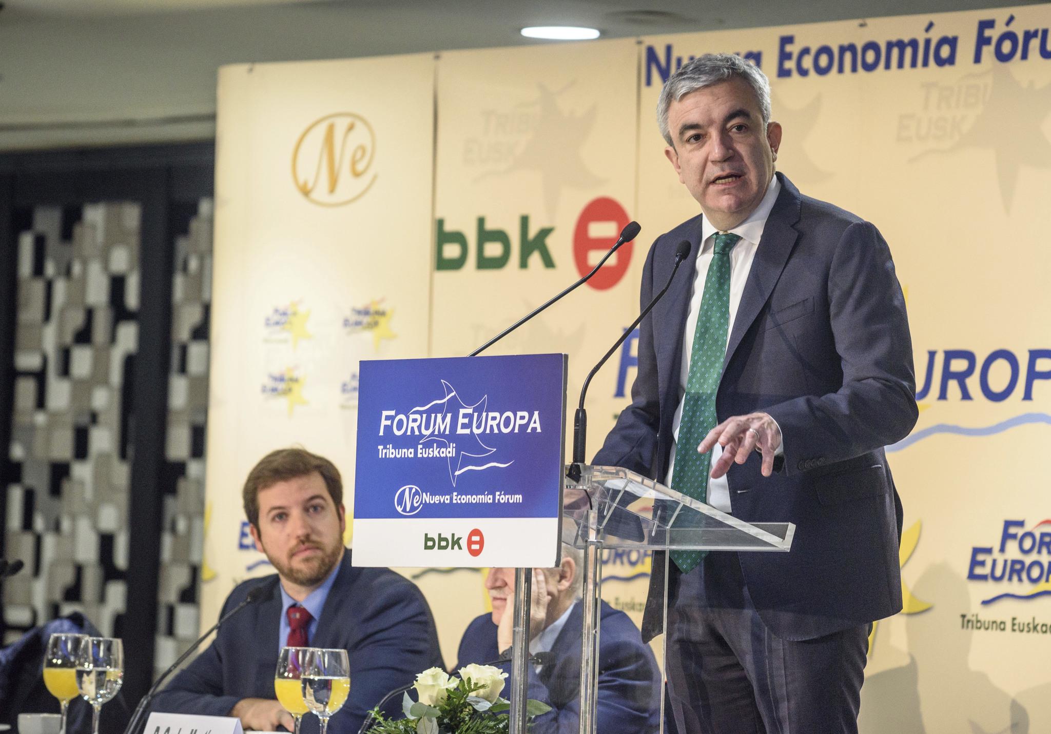 Luis Garicano interviene en el Forum en Bilbao en presencia de Luis Gordillo.