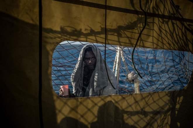 Un inmigrante, miembro de un grupo de 47 personas rescatadas por el barco holandés de la ONG Sea Watch 3, observa desde la cubierta.