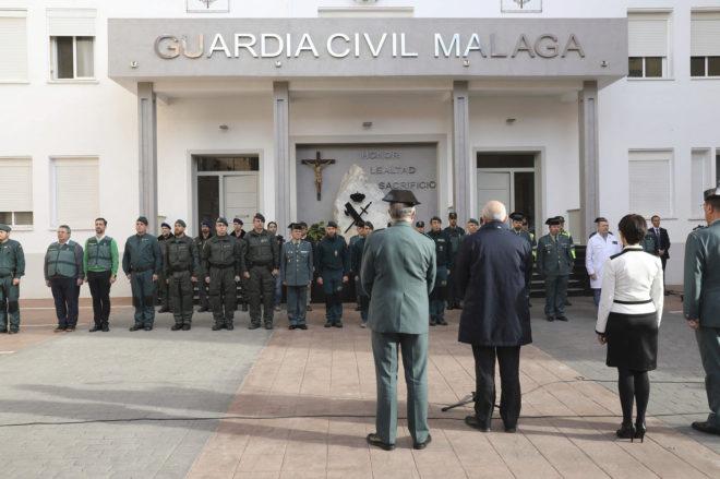 El director general de la Guardia Civil, Félix Azón, durante su visita a los agentes de Málaga que intervinieron en el rescate.