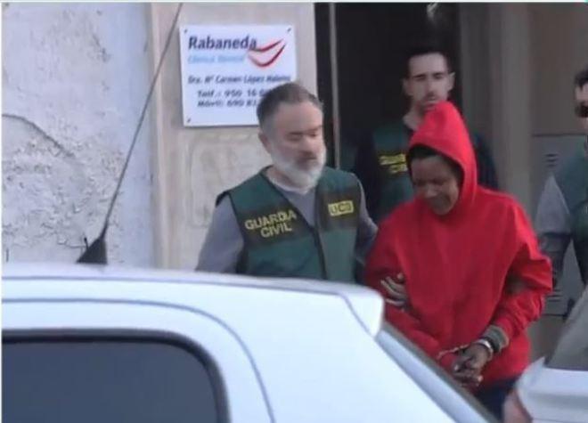 Ana Julia, acompañada por miembros de la Guardia Civil, entra en la vivienda de Vícar, Almería.