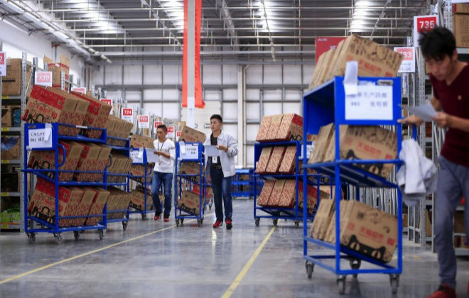 Empleados de Alibaba en uno de los almacenes de la firma en China.