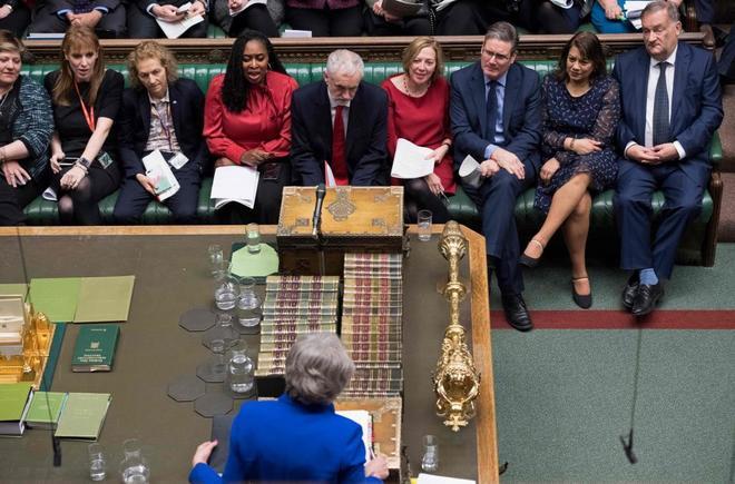 El líder opositor Jeremy Corbyn, y la premier Theresa May, en el Parlamento.