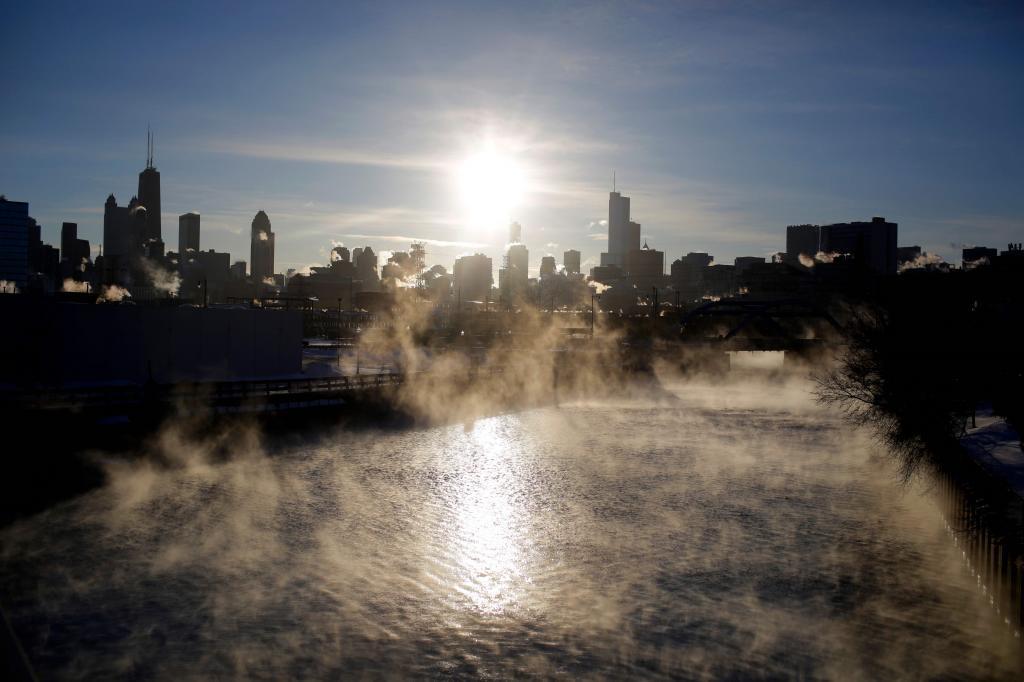 Así ha salido el sol este miércoles en el lago Michigan en Chicago, Illinois. Un vórtice polar hará que se desplomen las temperaturas bajo cero en el Medio Oeste del país.