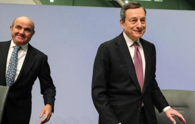 El presidente del BCE, Mario Draghi (c), y el vicepresidente del BCE, Luis de Guindos, en una comparecencia la semana pasada.