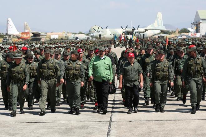 Maduro, ayer, durante una visita a una base militar de Caracas