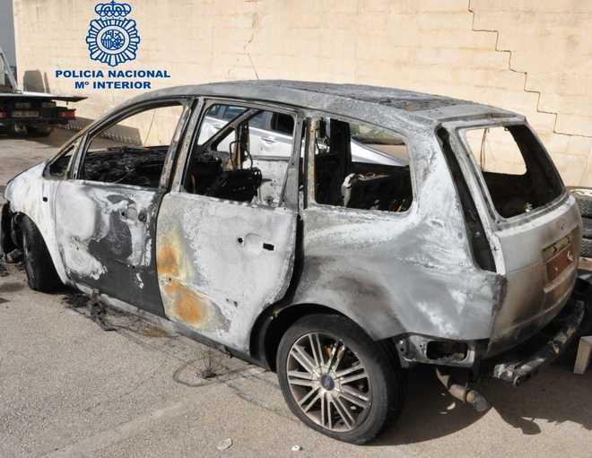 El coche calcinado tras el incendio.