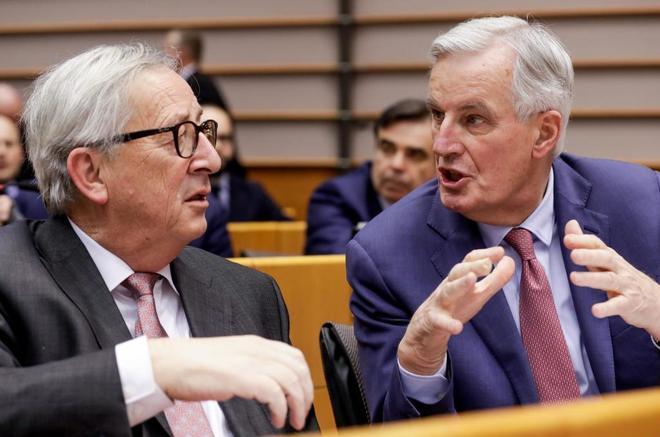 El presidente de la Comisión Europea, Juncker, conversa con el negociador jefe de la UE, Barnier.