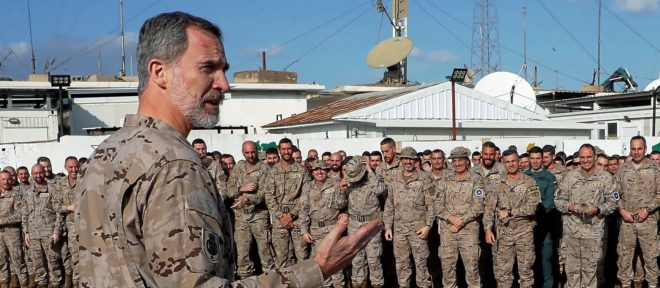 El Rey Felipe VI se dirige a las tropas en la base 'Gran Capitán' en...