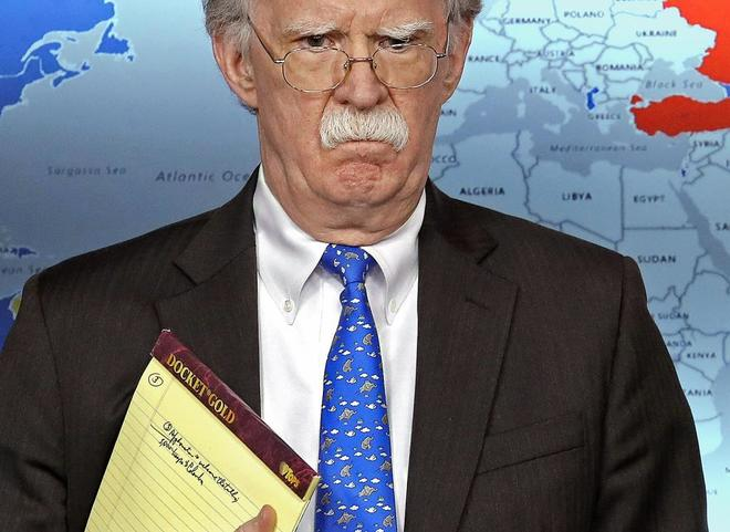 """El consejero de Seguridad Nacional de EEUU, John Bolton, dejó ver la anotación en su cuaderno: """"5.000 soldados a Colombia""""."""
