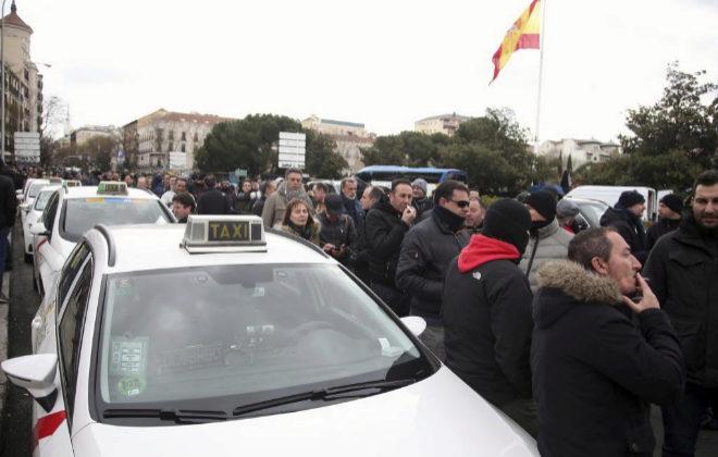 Cientos de taxistas se manifiestan en Madrid durante la huelga del sector.