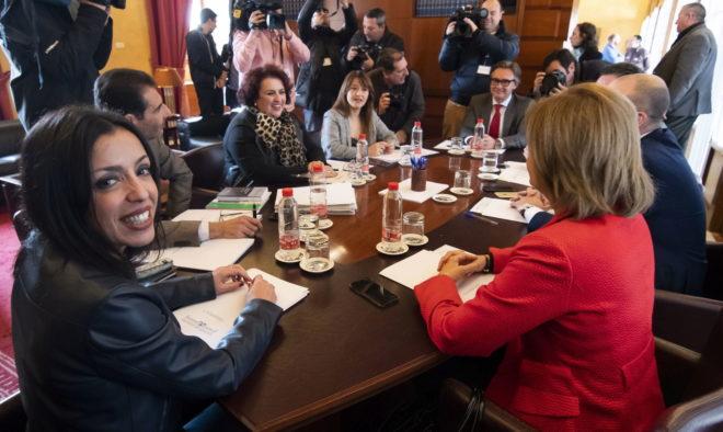 Los miembros de la Mesa del Parlamento, reunidos en la Cámara, con la presidenta al frente, Marta Bosquet.