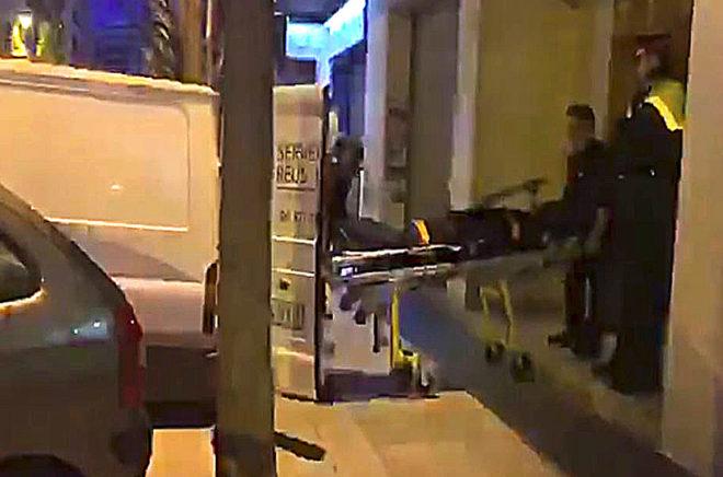 El cuerpo de la mujer asesinada en Reus, a la salida del lugar donde se produjeron los hechos