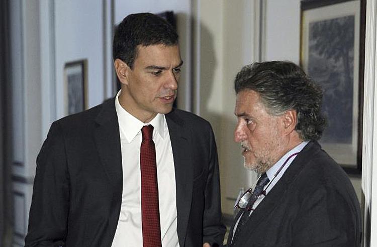 Pedro Sánchez charla con Pepu Hernández en un desayuno informativo en 2008.