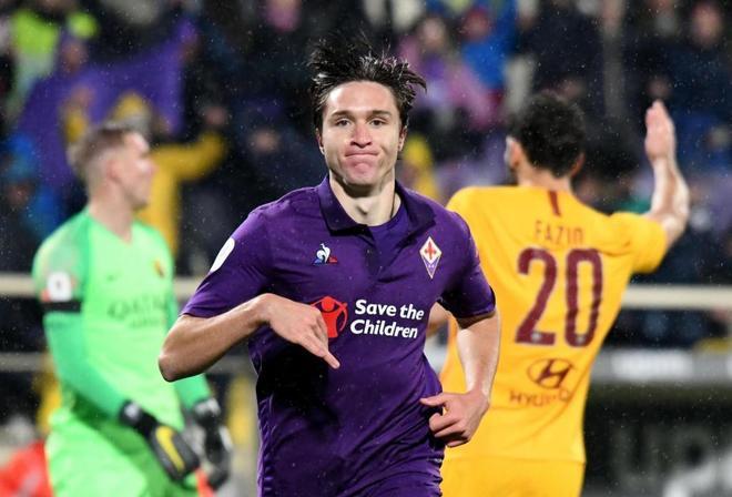 Federico Chiesa celebra uno de sus tres goles a la Roma.