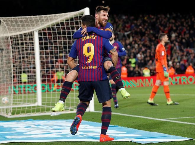 Messi celebra con Luis Suárez el último gol del Barcelona al Sevilla.