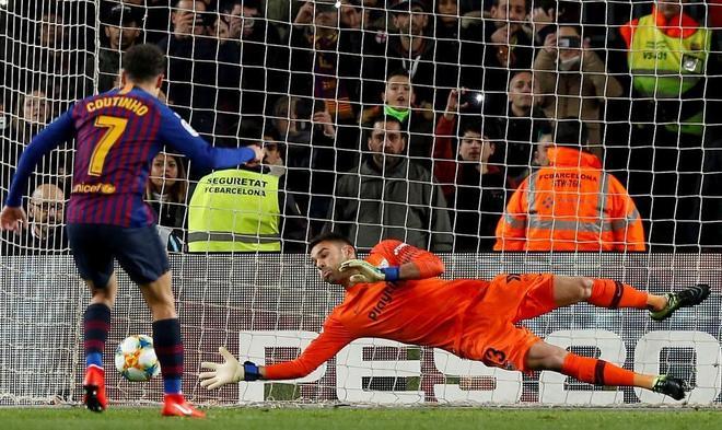 Coutinho  transforma un penalti ante Soriano para marcar el 1-0 del Barcelona al Sevilla.