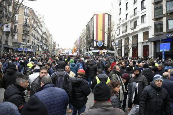 Los taxistas de Madrid se concentran en la calle Génova, frente a la sede del PP, en su noveno día de paros.
