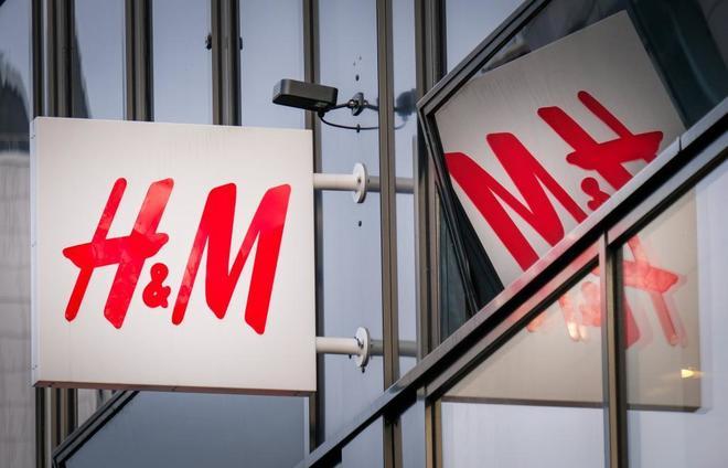 Cartel con el logo de H&M
