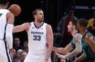 Marc Gasol, defendido por Willy Hernangómez en un Grizzlies-Hornets.