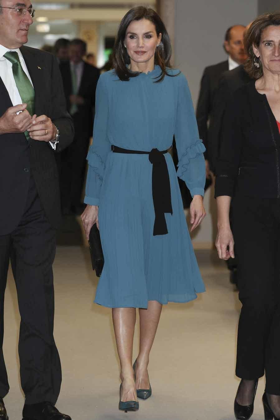 La Reina Letizia, con vestido-mono  azul de Zara - Entrega de becas  Iberdrola