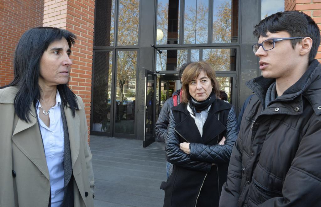 La rectora Balluerka junto a un joven y la consejera Cristina Uriarte en el campus de Álava.