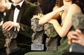 Variamos premiados sostienen el galardón de los Goya durante la gala