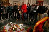 Visitantes en la basílica del Valle de los Caídos, ante la tumba de...