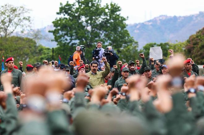 olas Maduro, junto a un grupo de militares.