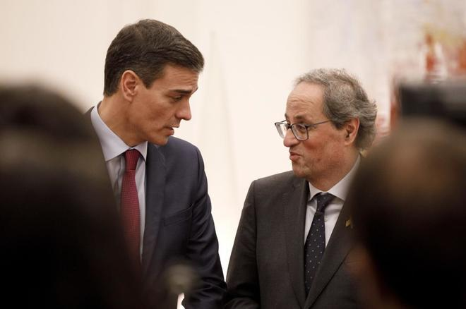 El presidente del Gobierno, Pedro Sánchez, con Quim Torra, president...