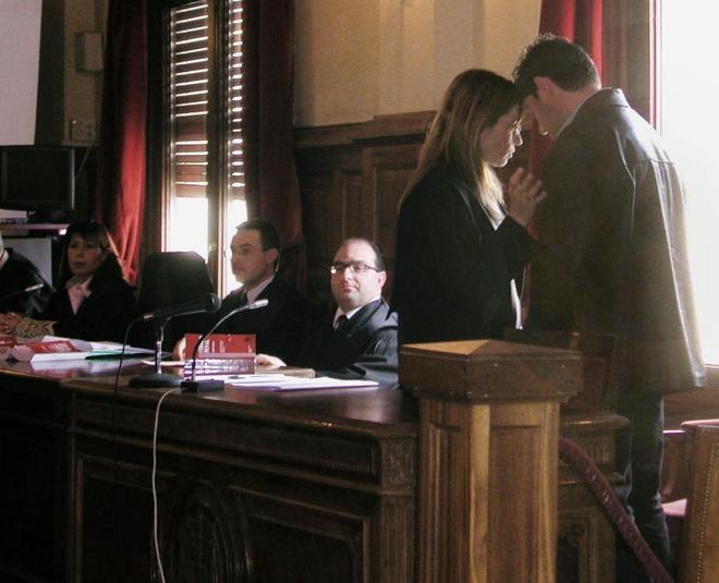 José Javier Salvador habla con su abogada Rebeca Santamalia, durante un juicio en 2005, y a la que acabo asesinando el pasado enero.