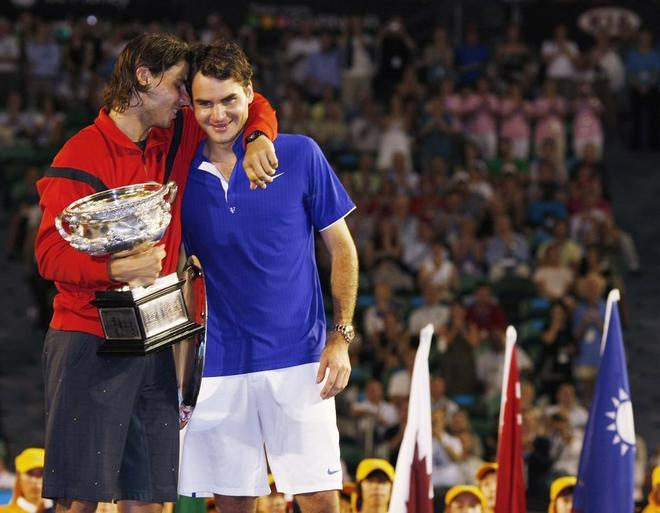 Nadal consuela a Federer tras su única victoria en el Open de Australia en 2009.