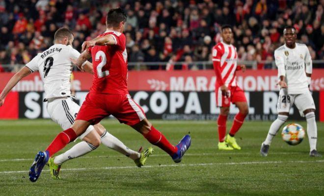 Benzema anota ante Bernardo el primer gol de la noche en Montilivi.