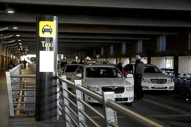 Los taxistas andaluces proponen a la Junta cobrar por cada pasajero.