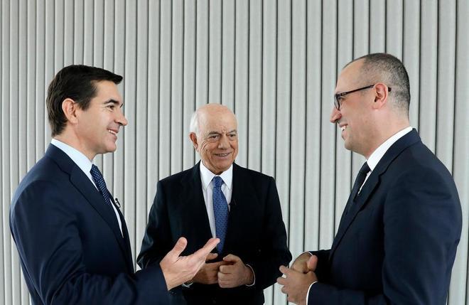 El presidente del BBVA, Carlos Torres, junto al consejero delegado, Onur Genç, y su predecesor Francisco González.