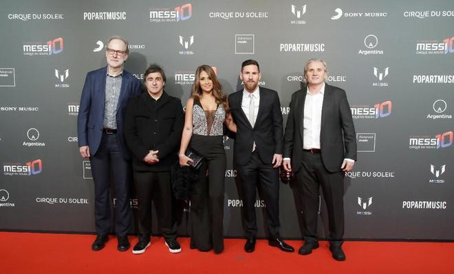 Leo Messi y su esposa Antonella y los responsables de El Circo del Sol.