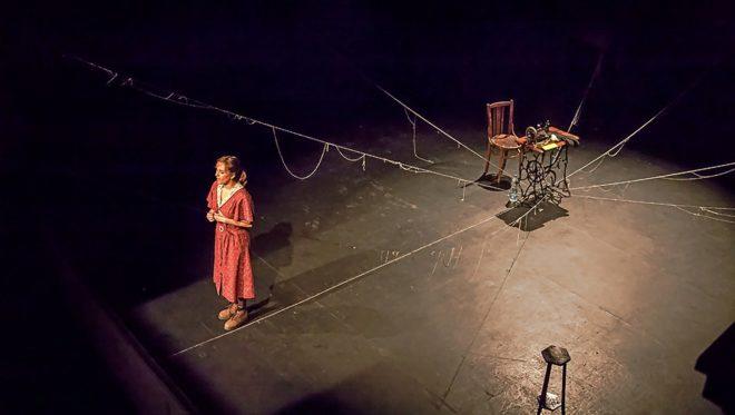 La actriz sevillana Laura Toledo durante la representación de la obra teatral 'La voz dormida'.