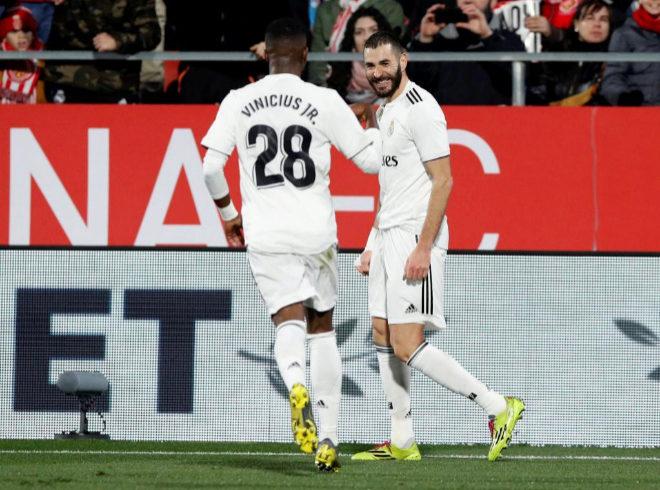 Benzema y Vinicius celebran un gol del Real Madrid en la eliminatoria...