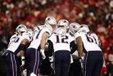 Tom Brady junto al resto del equipo de New England Patriots antes de...