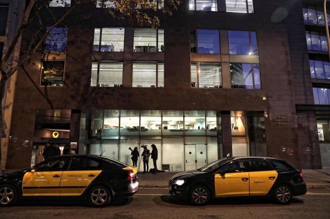 Un grupo de taxistas  concentrado en la puerta de la Conselleria de territorio