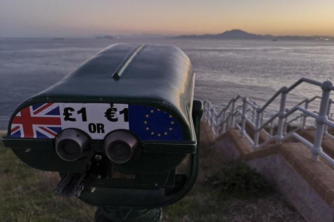 Un mirador en el Peñón de Gibraltar con la bandera europea y británica