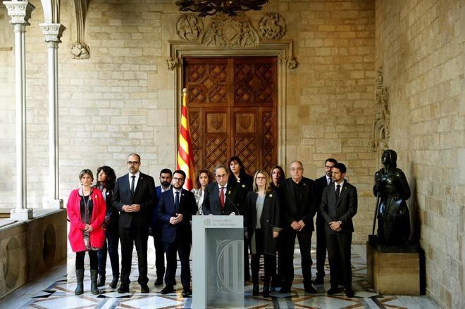 El presidente de la Generalitat, Quim Torra, acompañado por los...