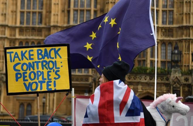 Una manifestante contraria al Brexit participa en una protesta a las afueras del Parlamento.