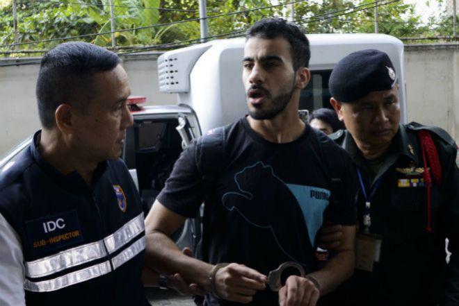 Hakeem camino a la corte tras su detención durante su viaje de novios